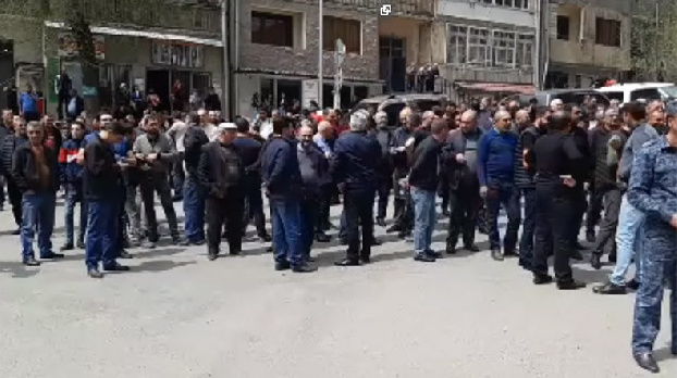 Armenia premier is greeted with cursing, whistles in Meghri town