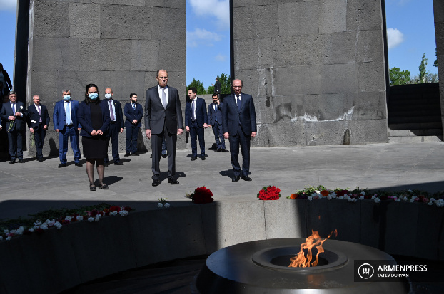 Russian FM pays tribute to memory of Armenian Genocide victims in Yerevan memorial